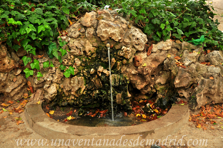 Fuente estanque pond estanque con peces y fuente cada de - Piscina fuente del berro ...